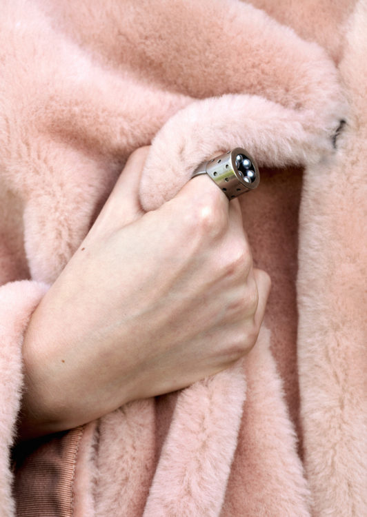 Model mit Ring